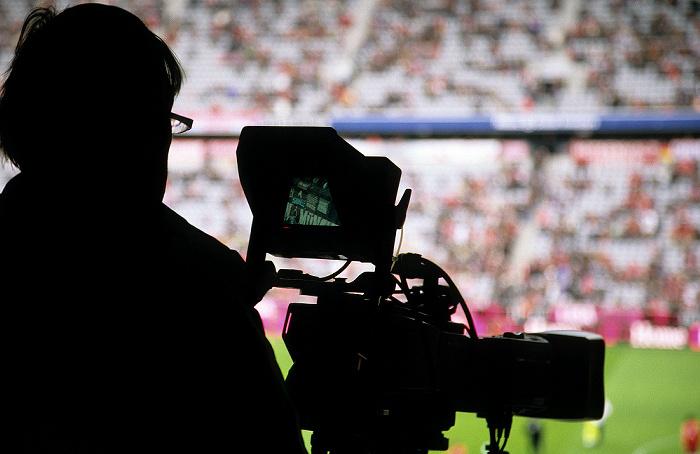 München Allianz Arena: Kameramann mit Fernsehkamera