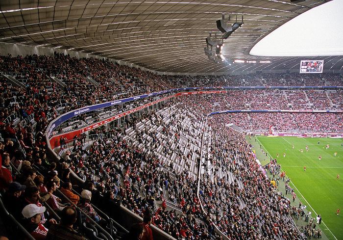 München Allianz Arena: West- (Haupttribüne) und Nordtribüne