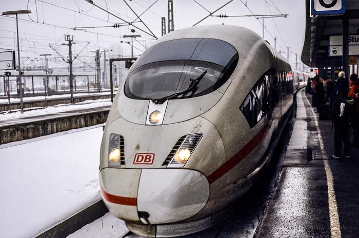 Stuttgart Hauptbahnhof: Einfahrender ICE auf Gleis 16