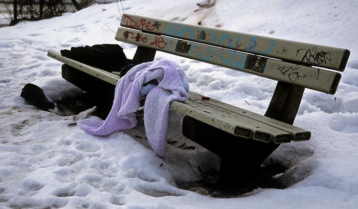 Berlin Charlottenburg: Parkbank im Schnee