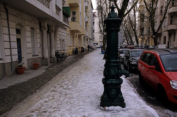 Berlin Charlottenburg: Lohmeyerstraße mit historischer Pumpe