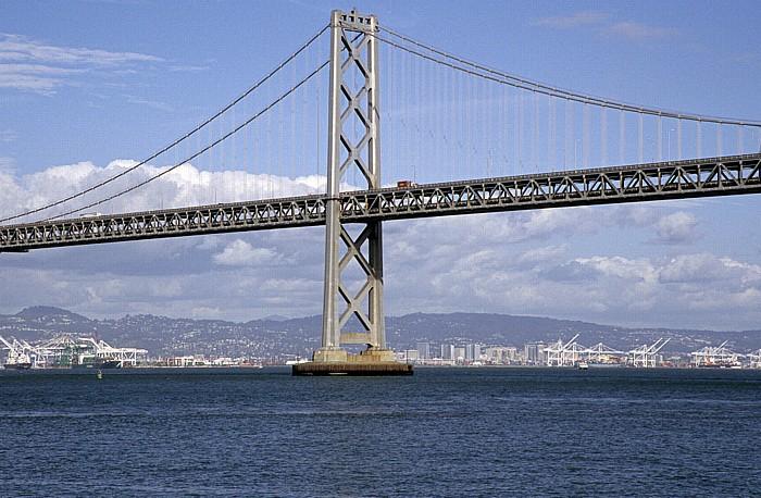 Blick von der Pier 14: San Francisco Bay mit Bay Bridge San Francisco-Oakland Bay Bridge