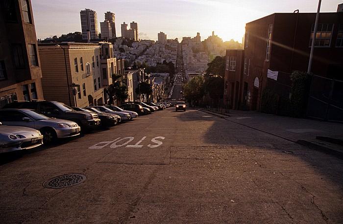 San Francisco Filbert Street mit den Stadtteilen North Beach und Russian Hill (hinten)