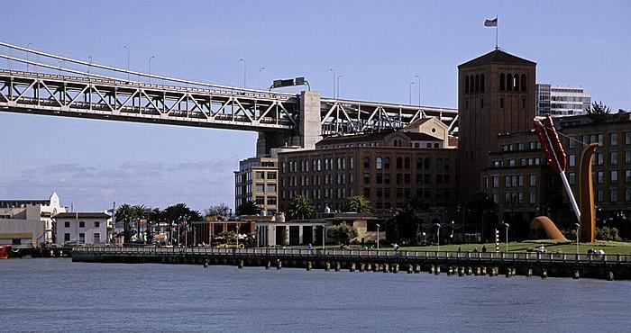 Blick von der Pier 14: San Francisco Bay, Bay Bridge und Rincon Hill San Francisco-Oakland Bay Bridge