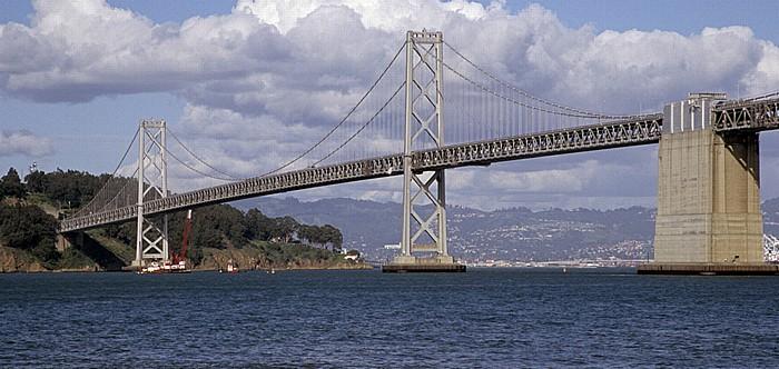Blick von der Pier 14: Yerba Buena Island, San Francisco Bay und Bay Bridge San Francisco-Oakland Bay Bridge