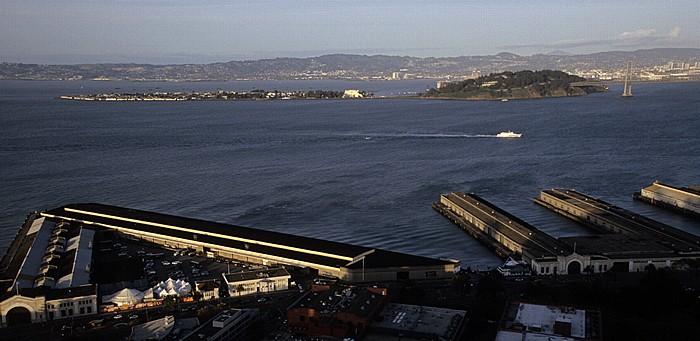 San Francisco Blick vom Coit Tower: Pier 29 und Pier 27 San Francisco Bay San Francisco-Oakland Bay Bridge Treasure Island Yerba Buena Island