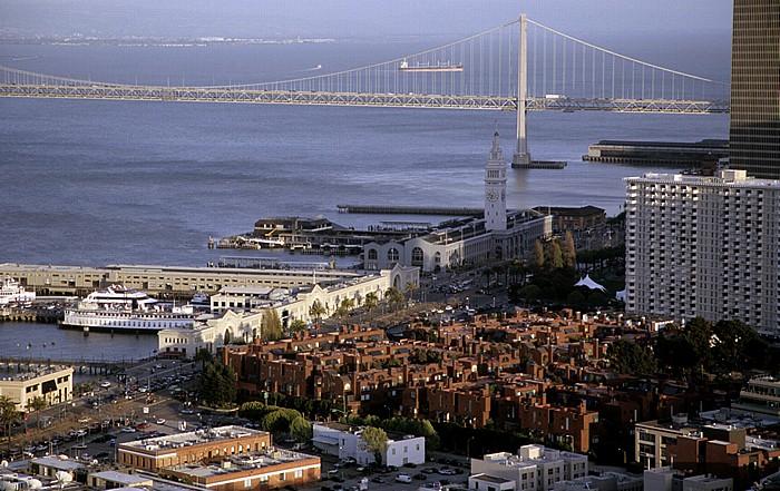 Blick vom Coit Tower: Embacadero, Ferry Building, San Francisco Bay mit Bay Bridge San Francisco-Oakland Bay Bridge