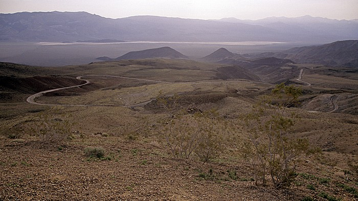 Blick von der Argus Range: Panamint Valley (Mojave Desert) mit California State Route 190 Death Valley National Park