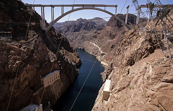 Lake Mead Hoover-Staudamm (Hoover Dam): Black Canyon mit dem Colorado River Mike O'Callaghan-Pat Tillman Memorial Bridge