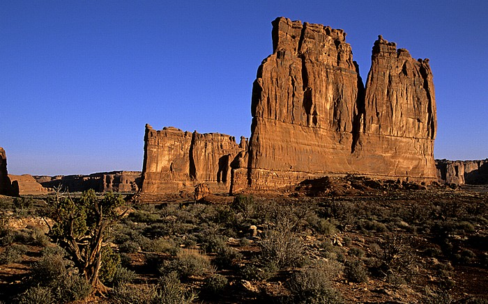 Arches National Park Courthouse Towers: Tower of Babel (links) und The Organ