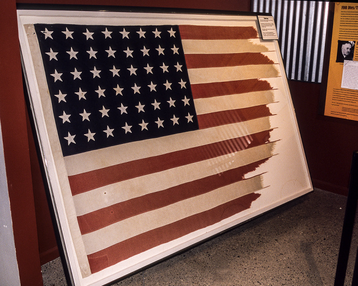 Albuquerque National Museum of Nuclear Science & History: Ausstellung Decision to Drop - Trinity Flag