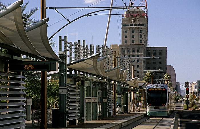 Downtown Phoenix: Central Avenue: Haltestelle Van Buren St & Central Ave der Metro Light Rail Westward Ho