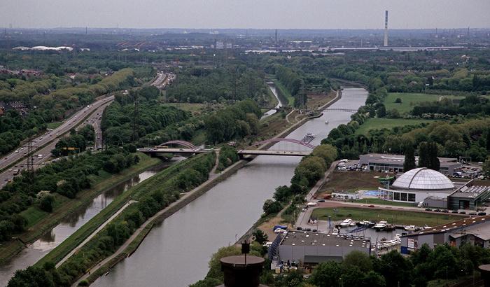 Oberhausen Blick vom Gasometer: Autobahn A 42 (Emscherschnellweg), Emscher und Rhein-Herne-Kanal