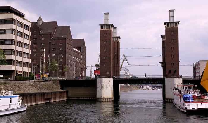 Duisburg Innenhafen mit Schwanentorbrücke