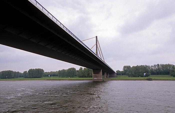 Duisburg Rhein mit Rheinbrücke Neuenkamp (Autobahn A 40)