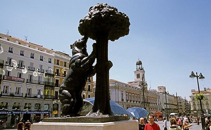 Madrid Puerta del Sol: Statue Oso y el Madroño (Der Bär und der Erdbeerbaum, Antonio Navarro Santa Fe). Estatua del Oso y el Madroño Real Casa de Correos