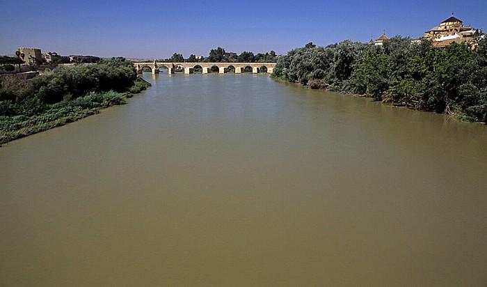 Córdoba Blick von der Puente de Miraflores: Guadalquivir mit der Puente Romano (Römische Brücke) Mezquita Catedral Torre de la Calahorra