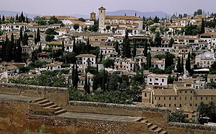 Granada Alhambra: Plaza del Aljibes: Blick auf Albaizin Iglesia de San Nicolas Mirador de San Nicolas