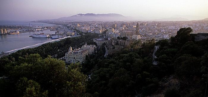 Málaga Blick vom Monte Gibralfaro: Costa del Sol (Mittelmeer), Hafen, Stadtzentrum Alcazaba Banco de España Casa Consistorial Catedral Palace de la Aduana