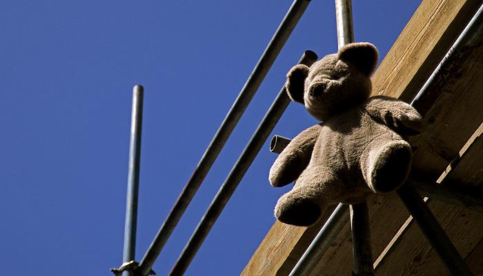 Gibraltar Stadtzentrum: Teddy an Baugerüst