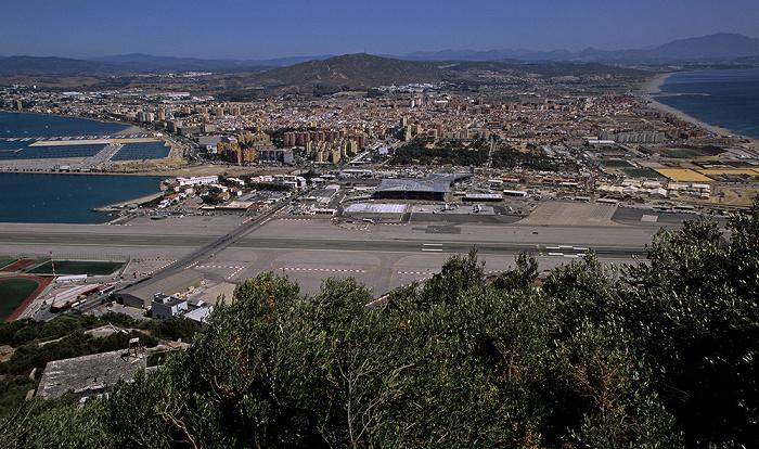 Blick vom Fels von Gibraltar: Start- und Landebahn des Flughafens Gibraltar (Gibraltar Airport) Bay of Gibraltar Flughafen Gibraltar