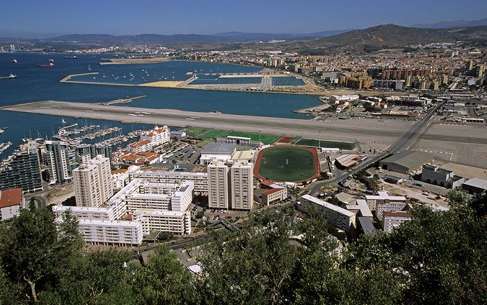 Blick vom Fels von Gibraltar: Start- und Landebahn des Flughafens Gibraltar (Gibraltar Airport) Bay of Gibraltar Flughafen Gibraltar Victoria Stadium