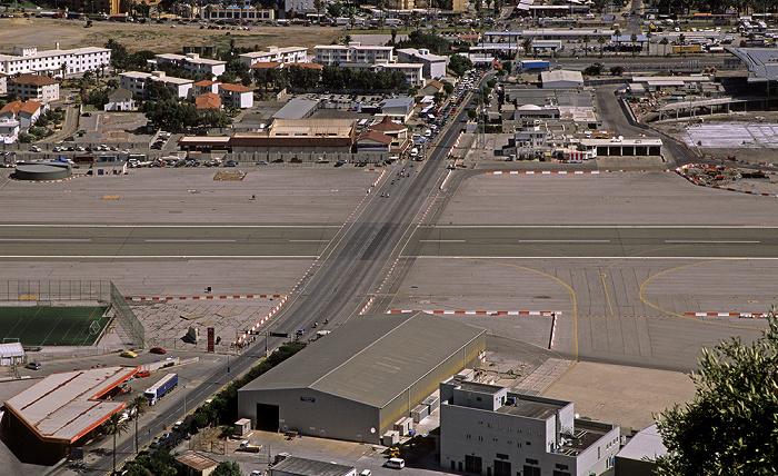Blick vom Fels von Gibraltar: Start- und Landebahn des Flughafens Gibraltar (Gibraltar Airport) Flughafen Gibraltar