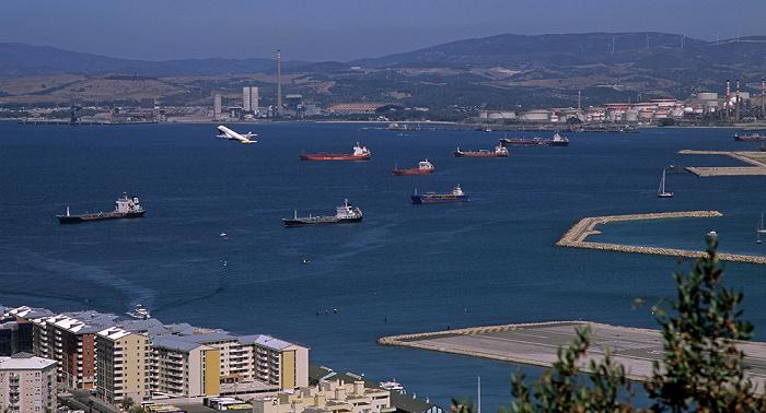 Blick vom Fels von Gibraltar: Vom Flughafen Gibraltar (Gibraltar Airport) startendes Flugzeug Bay of Gibraltar