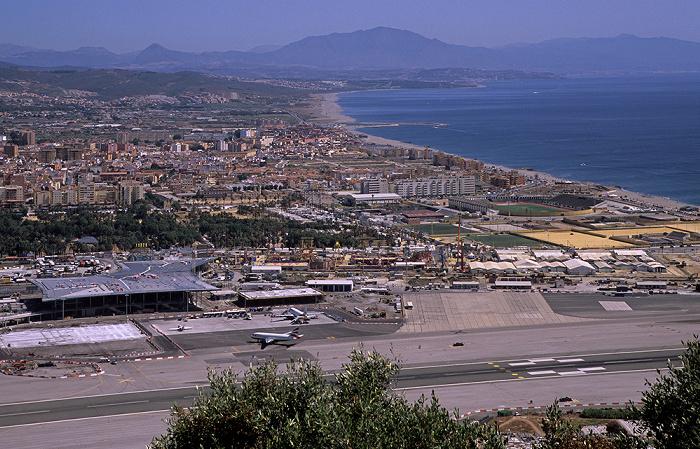 Blick vom Fels von Gibraltar: Flughafen Gibraltar (Gibraltar Airport), La Línea de la Concepción, Mittelmeer