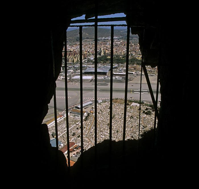 Fels von Gibraltar: Blick aus den Galerien (Galleries, Great Siege Tunnels) Flughafen Gibraltar