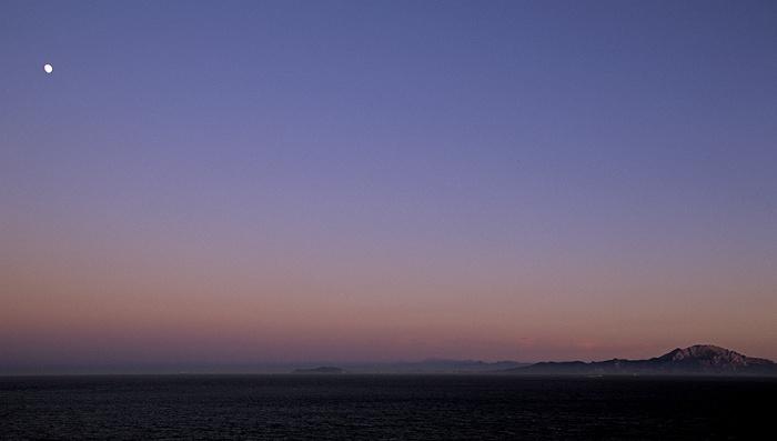 Gibraltar Blick vom Europa Point: Sonnenuntergang und aufgehender Mond über Mittelmeer und Nordafrika