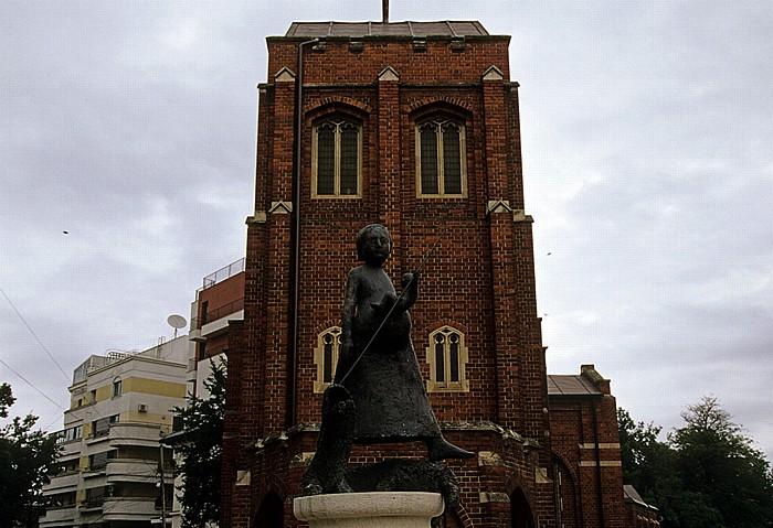 Bukarest Strada Arthur Verona: Denkmal vor der Anglikanischen Kirche (Biserica Anglicana) Anglikanische Kirche