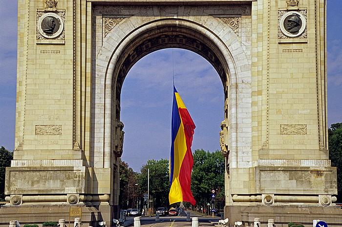 Bukarest Triumphbogen (Arcul de Triumf) mit rumänischer Flagge