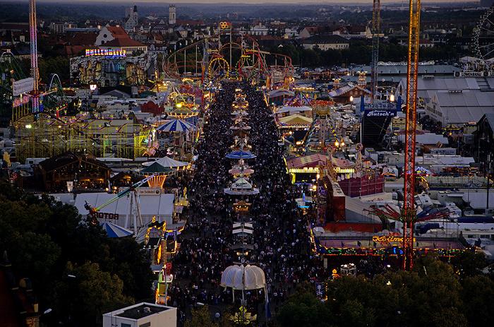 München St.-Pauls-Kirche: Blick vom Hauptturm: Theresienwiese mit Oktoberfest