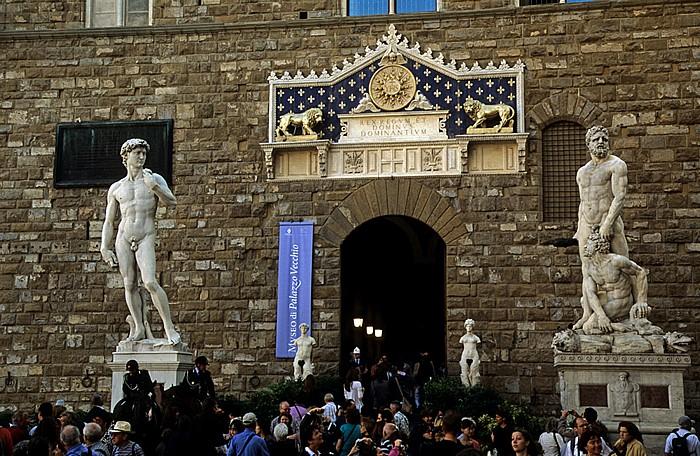Florenz Piazza della Signoria mit der Monumentalstatue David von Michelangelo und der Marmorgruppe Herkules tötet Cacus Palazzo Vecchio