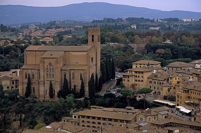Siena Blick vom Torre del Mangia (Turm des Palastes) Basilica di San Domenico Contrada de Drago