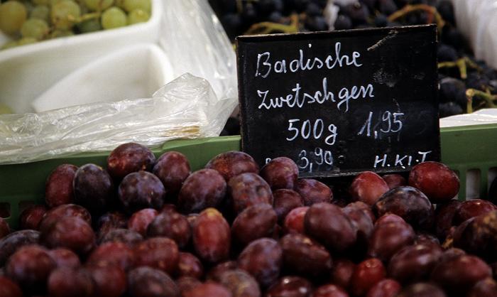 Ingolstadt Obststand in der Schmalzinergasse: Badische Zwetschgen