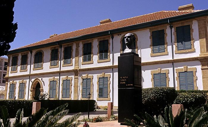 Nikosia Türkische Altstadt: Atatürk-Platz mit Atatürk-Büste Atatürk Meydani