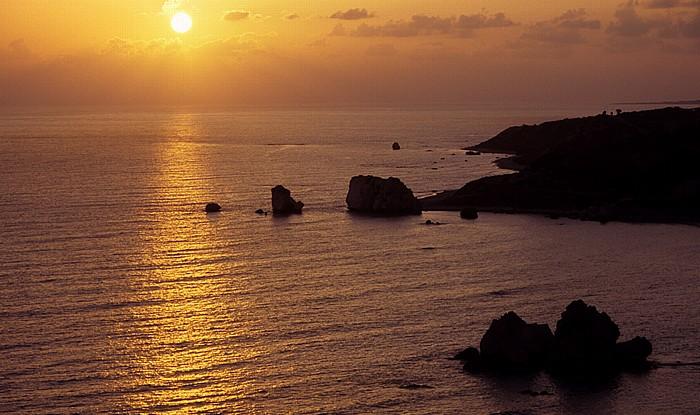 Petra tou Romiou Sonnenuntergang über dem Mittelmeer: Felsen der Aphrodite (links) und Sarazenen-Felsen
