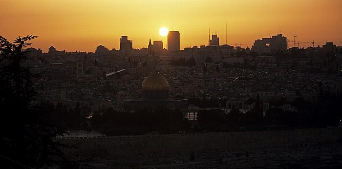 Blick vom Ölberg: Sonnenuntergang über Tempelberg mit Felsendom Jerusalem