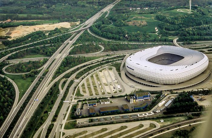 München Luftbild aus Zeppelin: Allianz Arena Autobahnkreuz München-Nord Autobahnring A 99 Bundesautobahn A 9 Fröttmaninger Berg Windkraftanlage Fröttmaning