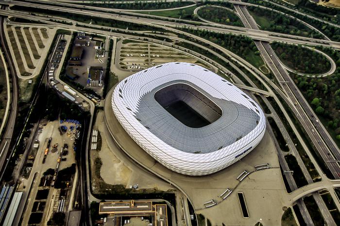 Luftbild aus Zeppelin: Allianz Arena, Autobahnkreuz München-Nord Betriebshof Nord Bundesautobahn A 9 Fröttmaning U-Bahnlinie U6