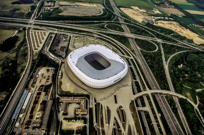 Luftbild aus Zeppelin: Allianz Arena, Autobahnkreuz München-Nord Betriebshof Nord Bundesautobahn A 9 Fröttmaning Fröttmaninger Berg Heilig-Kreuz-Kirche U-Bahnlinie U6