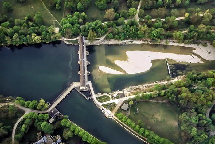 München Luftbild aus Zeppelin: Stauwehr Oberföhring mit Isar und Mittlere-Isar-Kanal Englischer Garten Hirschau