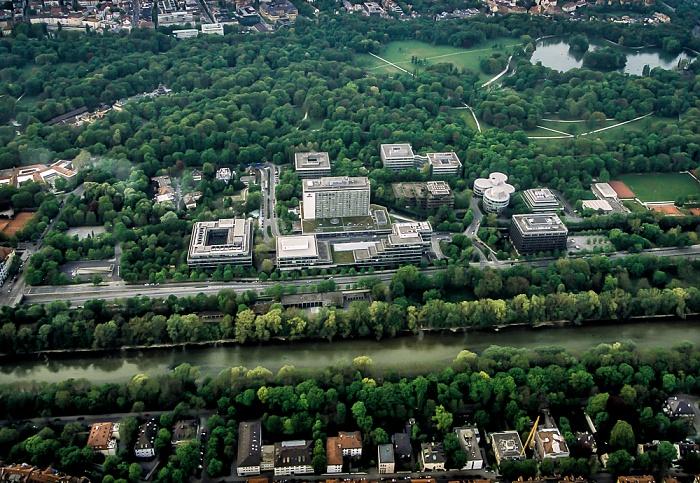München Luftbild aus Zeppelin (v.u.): Bogenhausen, Isar, Ifflandstraße, HypoVereinsbank-Campus, Englischer Garten und Schwabing Hirschau Kleinhesseloher See Königsinsel Kurfürsteninsel