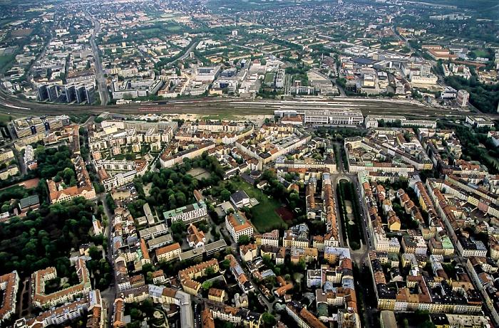 Luftbild aus Zeppelin: Au-Haidhausen (Franzosenviertel, unten), Berg am Laim (oben) München 2011