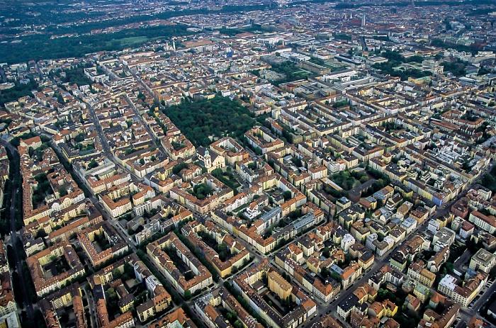 München Luftbild aus Zeppelin: Schwabing (links), Maxvorstadt Alter Nordfriedhof Altstadt Englischer Garten St. Joseph