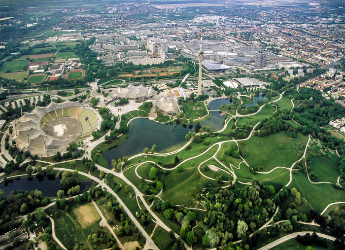 München Luftbild aus Zeppelin: Olympiapark BMW Welt Olympiahalle Olympiaschwimmhalle Olympiasee Olympiastadion Olympiaturm Olympisches Dorf