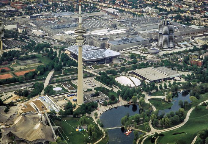 München Luftbild aus Zeppelin: Olympiapark BMW Welt BMW-Hochhaus BMW-Museum BMW-Werkshallen Olympia-Eissportzentrum Olympiahalle Olympiasee Olympiastadion Olympiaturm SoccaFive Arena
