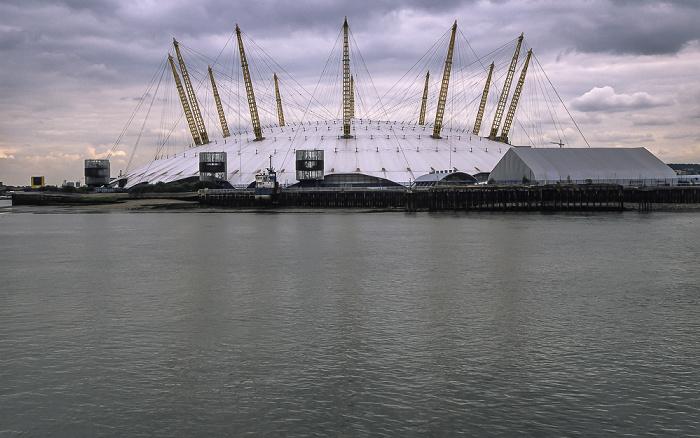 Blick von Blackwall auf Themse und Greenwich Peninsula mit The O2 (Millennium Dome) London 2011